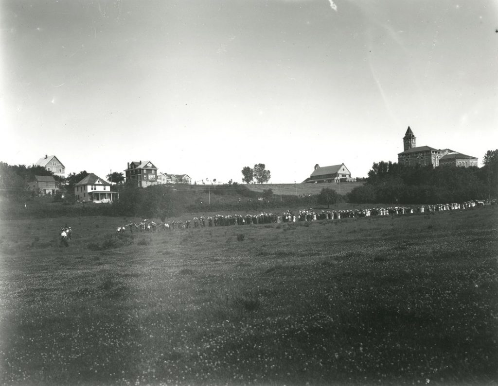 Photograph of an umbrella parade during Commencement, 1908