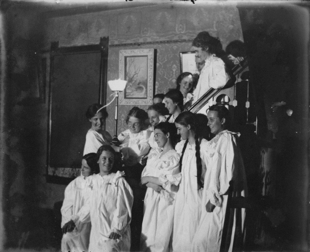 Photograph of Pi Beta Phi rush, 1897