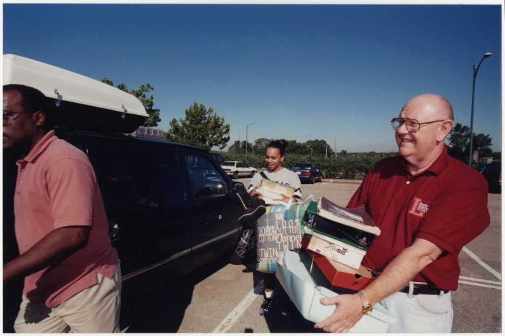 Photograph of Chancellor Hemenway assisting students during Move-In Day, 1999